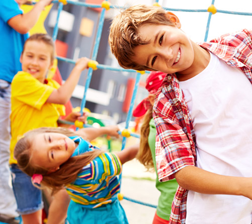 Дети веселятся на площадке