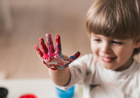 Ребенок с измазанной в краске рукой