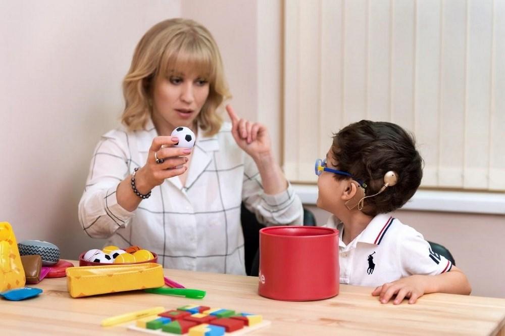 Ребенок с КИ на занятиях с сурдопедагогом